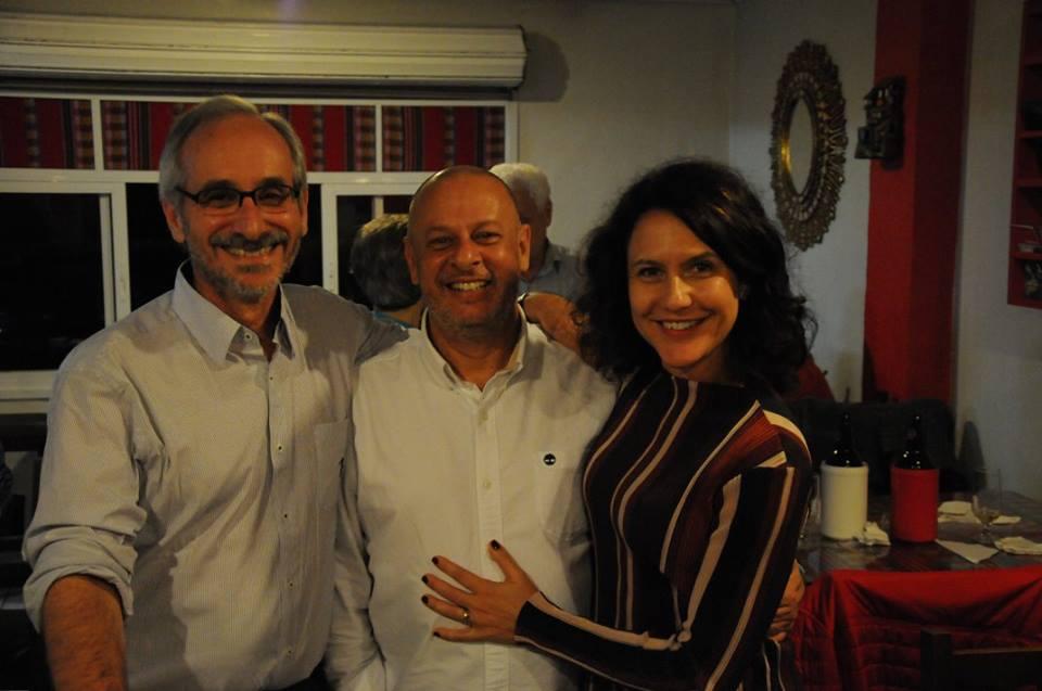 Aqui, o trio reaparece bem feliz, apesar da perturbadora mão.