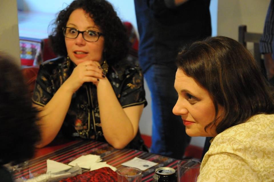 Minha irmã assusta severamente Nikelen Witter, enquanto Astrid Müller apenas observa.