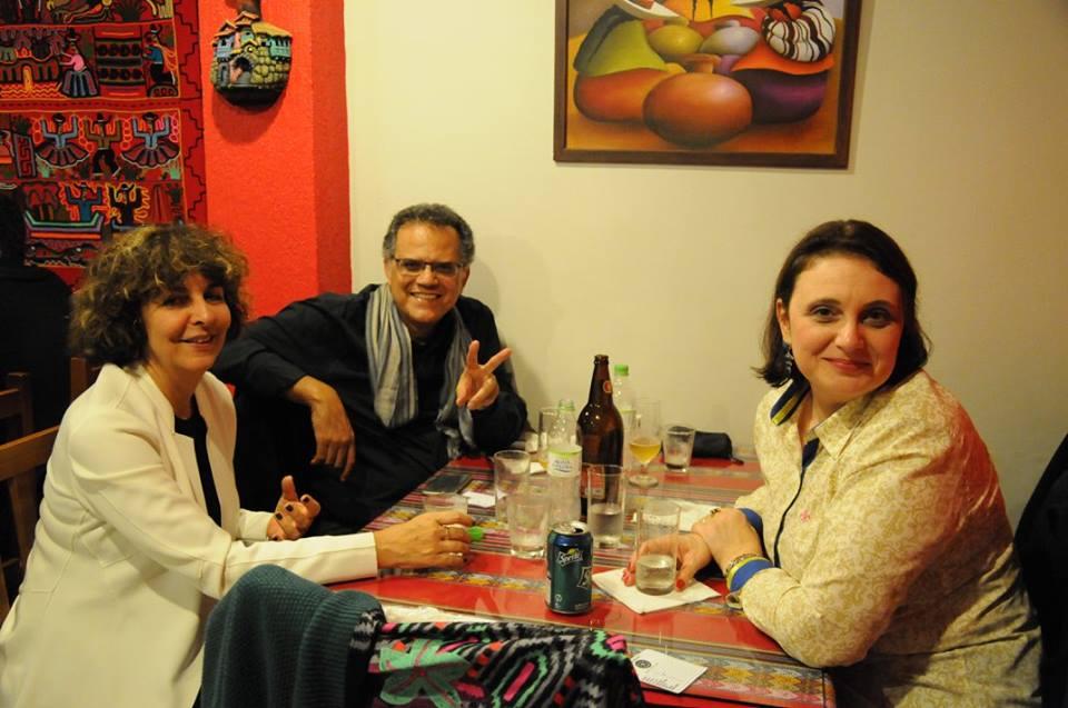 Após me dar de presente o primeiro vinil dos Novos Baianos, Robson Pereira é todo paz e amor ao lado de sua esposa Lúcia e da Astrid, já totalmente refeita, pode crer