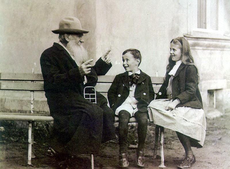 Tolstói, eu e minha irmã Iracema em 1906.