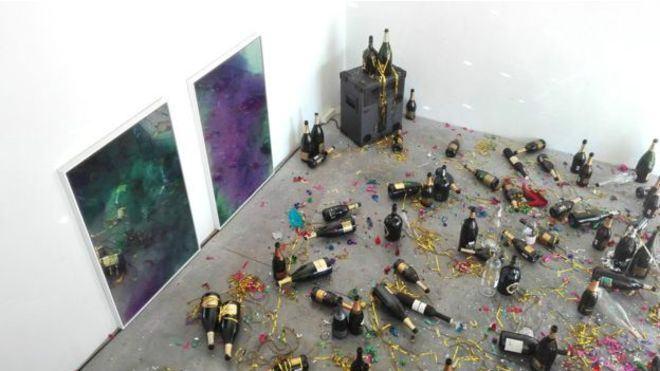 Faxineira confunde obra de arte com sujeira pós-festa e 'faz limpeza' em museu