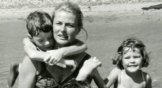 Eu e minha irmã no Adriático, nos anos 50, brincando com Ingrid Bergman.