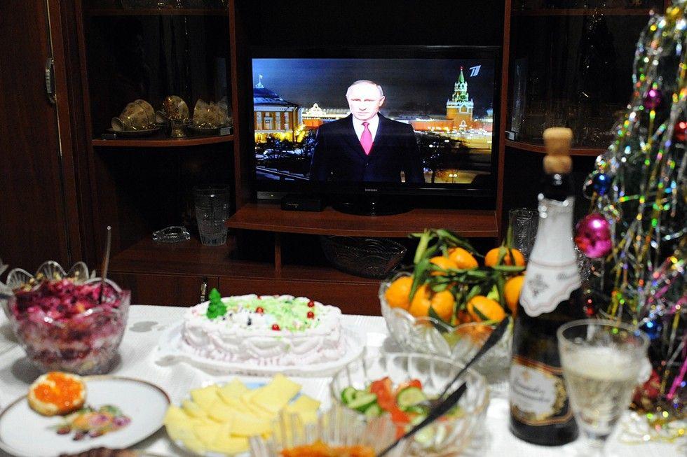 Mesa festiva para celebrações de Ano Novo (Foto: Evguêni Iepantchintsev/RIA Nôvosti)