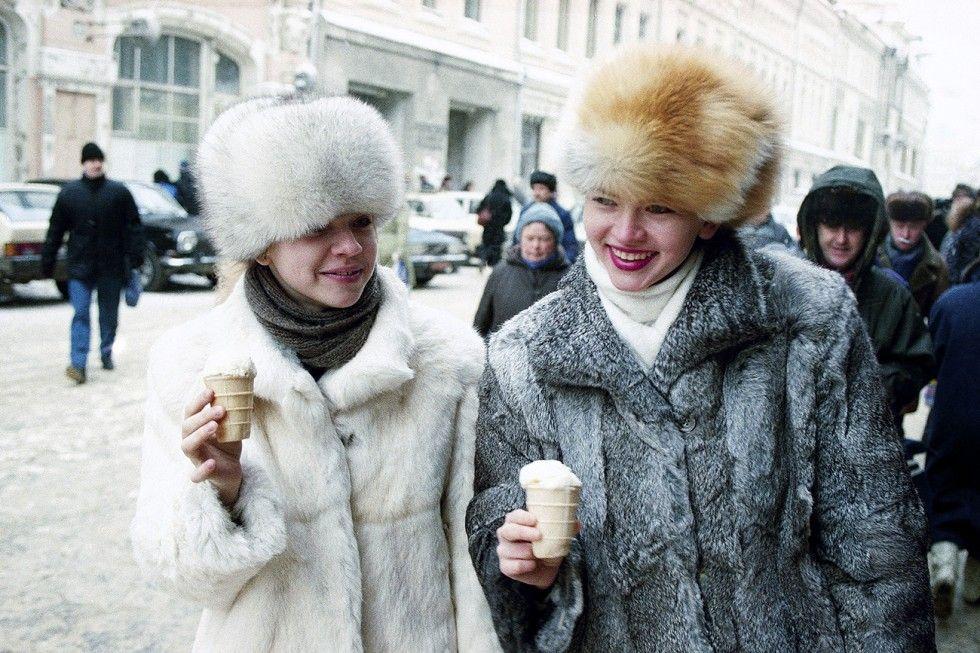 Moscovitas tomando sorvete durante inverno, a 8ºC, em 1992 (Foto: AP)