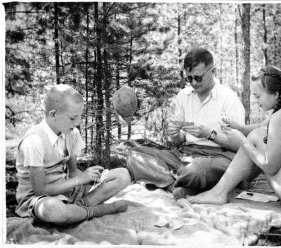 Eu e minha irmã Iracema jogando cartas com Shostakovich em 1937.
