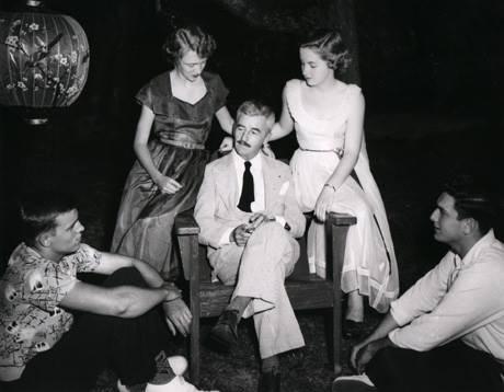 Já adolescentes, eu e minha irmã Iracema durante uma masterclass com William Faulkner no início dos anos 50.