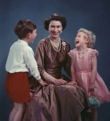 Olha só, Iracema, nós com a Rainha da Inglaterra! Lembra?