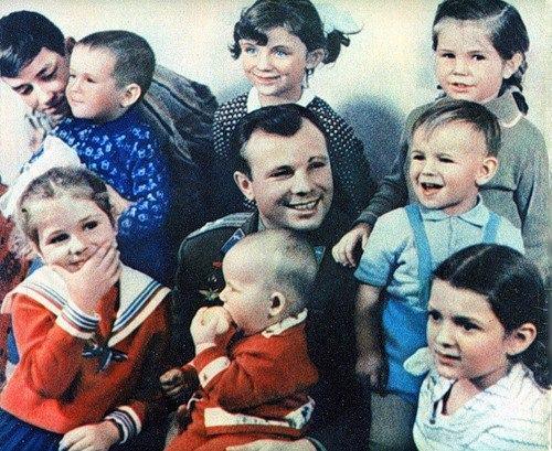 Eu e minha irmã Iracema em 1961 com Yuri Gagarin. Um amor de pessoa.