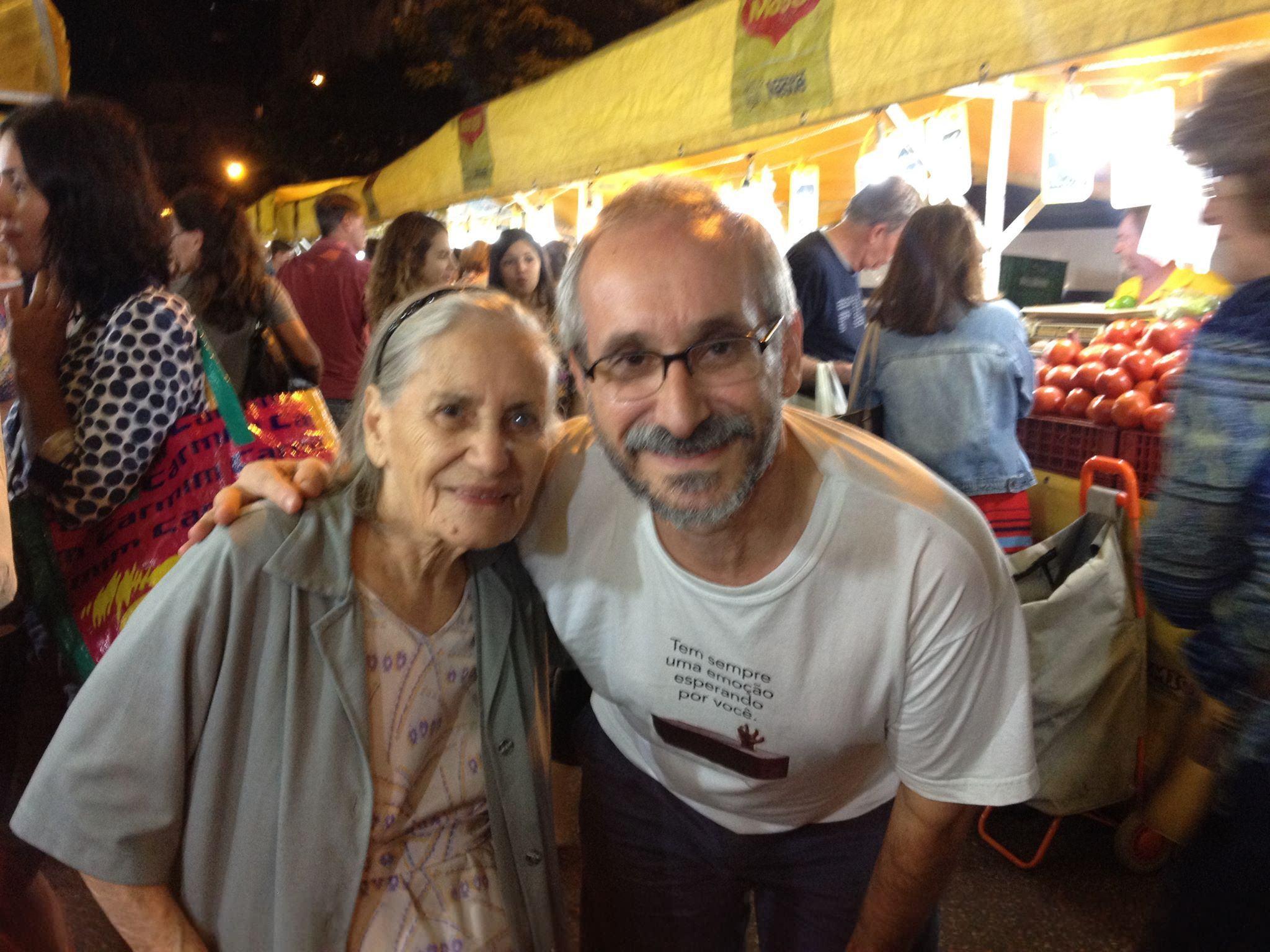 Eu e a Márcia, minha babá, na feira