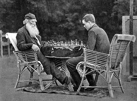 Tolstói jogando xadrez com seu amigo e editor Vladimir Chertkov em 1907