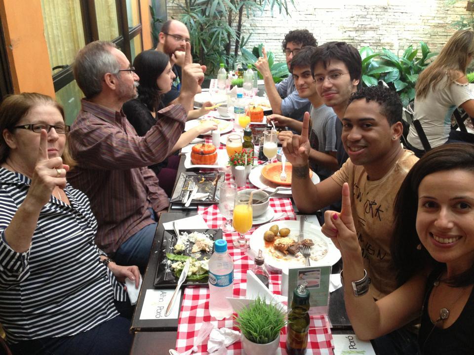 No restaurante do SindiBancários, comemorando o primeiro mês em que alcançamos 1 milhão de acessos.