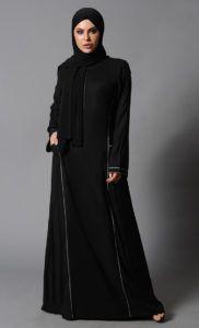 Mulher vestindo abaya.