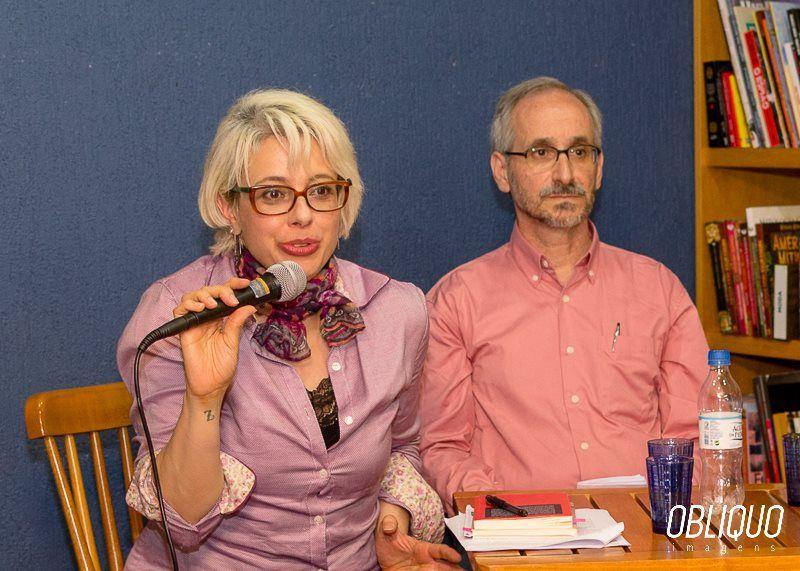 A autora e um débil mental na Palavraria | Foto: Alexandre Alaniz