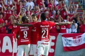 Numa foto, os nomes do jogo: Anderson, Nilmar e Vitinho