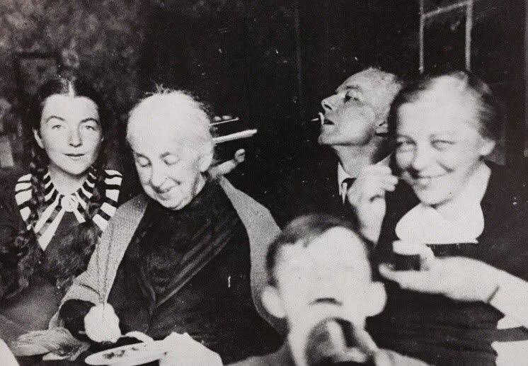 Bartók abrindo uma garrafa
