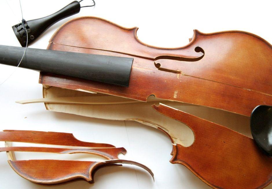 Polícia japonesa prende ex-esposa que quebrou 54 violinos