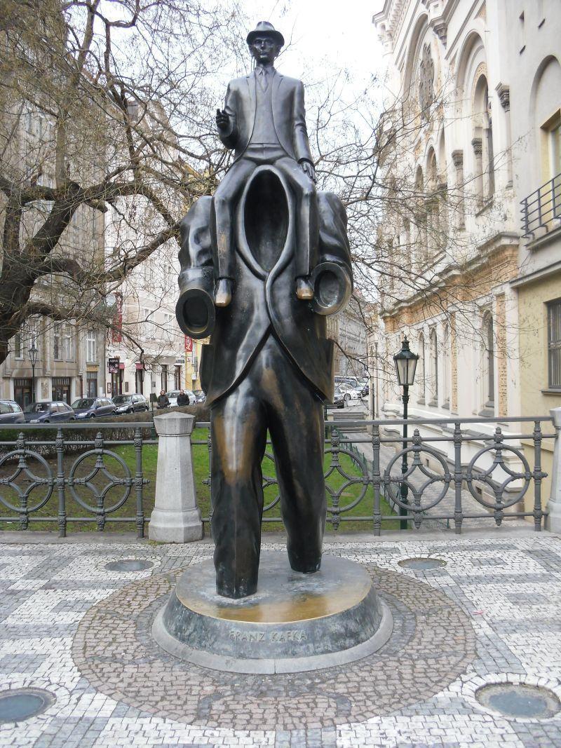 Monumento à Franz Kafka, próximo à rua Dušní em Praga, em frente à Sinagoga Espanhola
