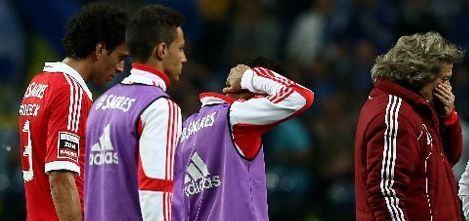 À esquerda está Roderik Miranda; à direita, um Jorge Jesus abismado. Adeus, Benfica.