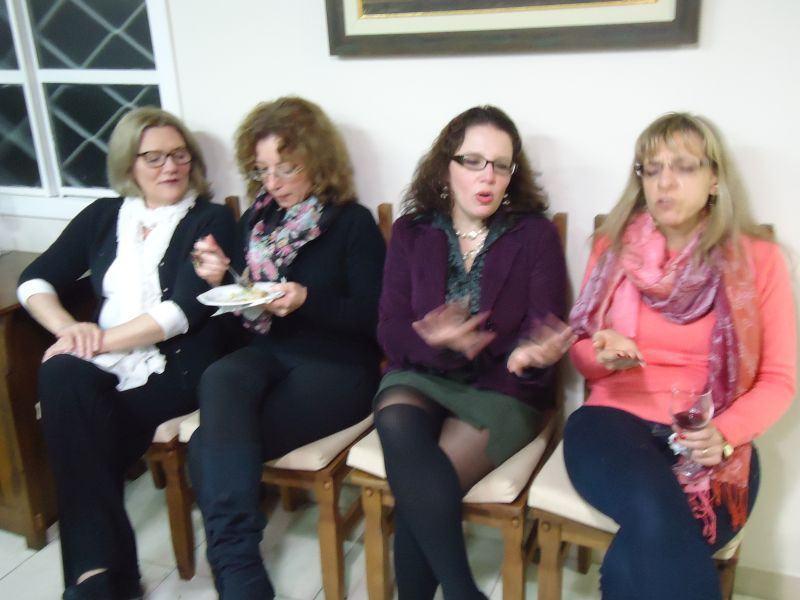 Elena e Liana suportam a cantoria desafinada de Nikelen e Rovena.