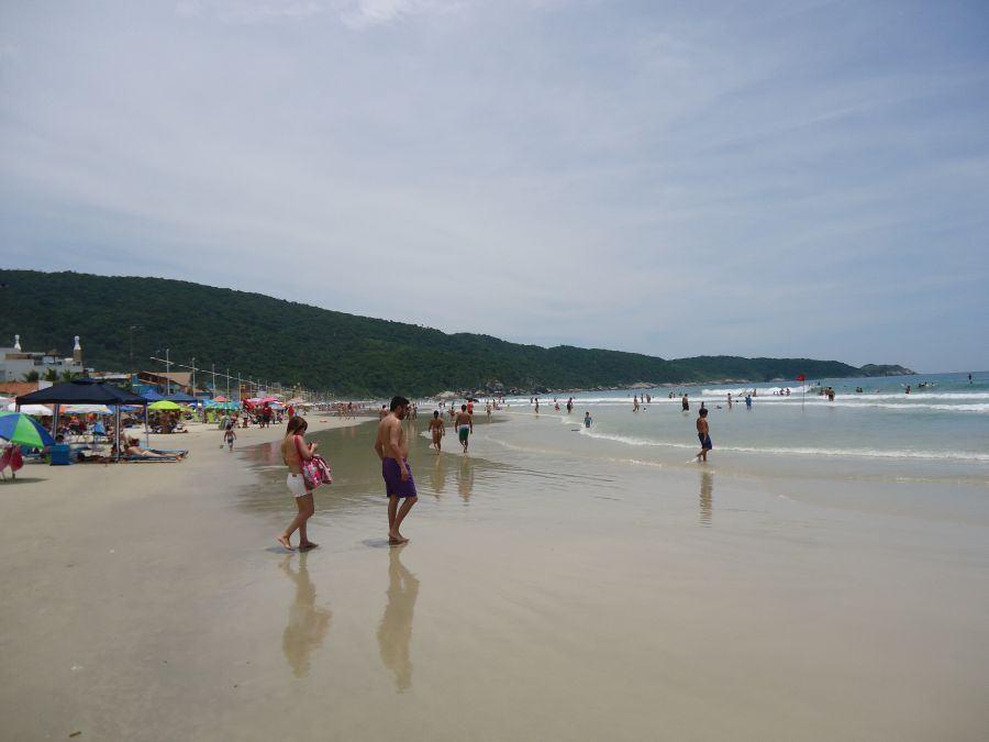 Olhando para a esquerda na praia...
