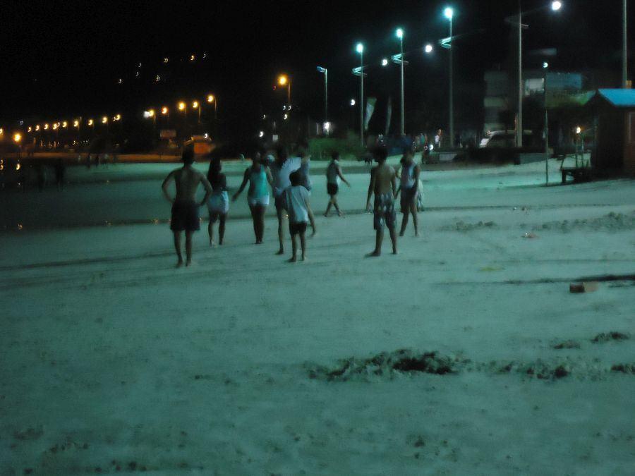 Mais um notívago grupo hispano hablante na praia de Bombas
