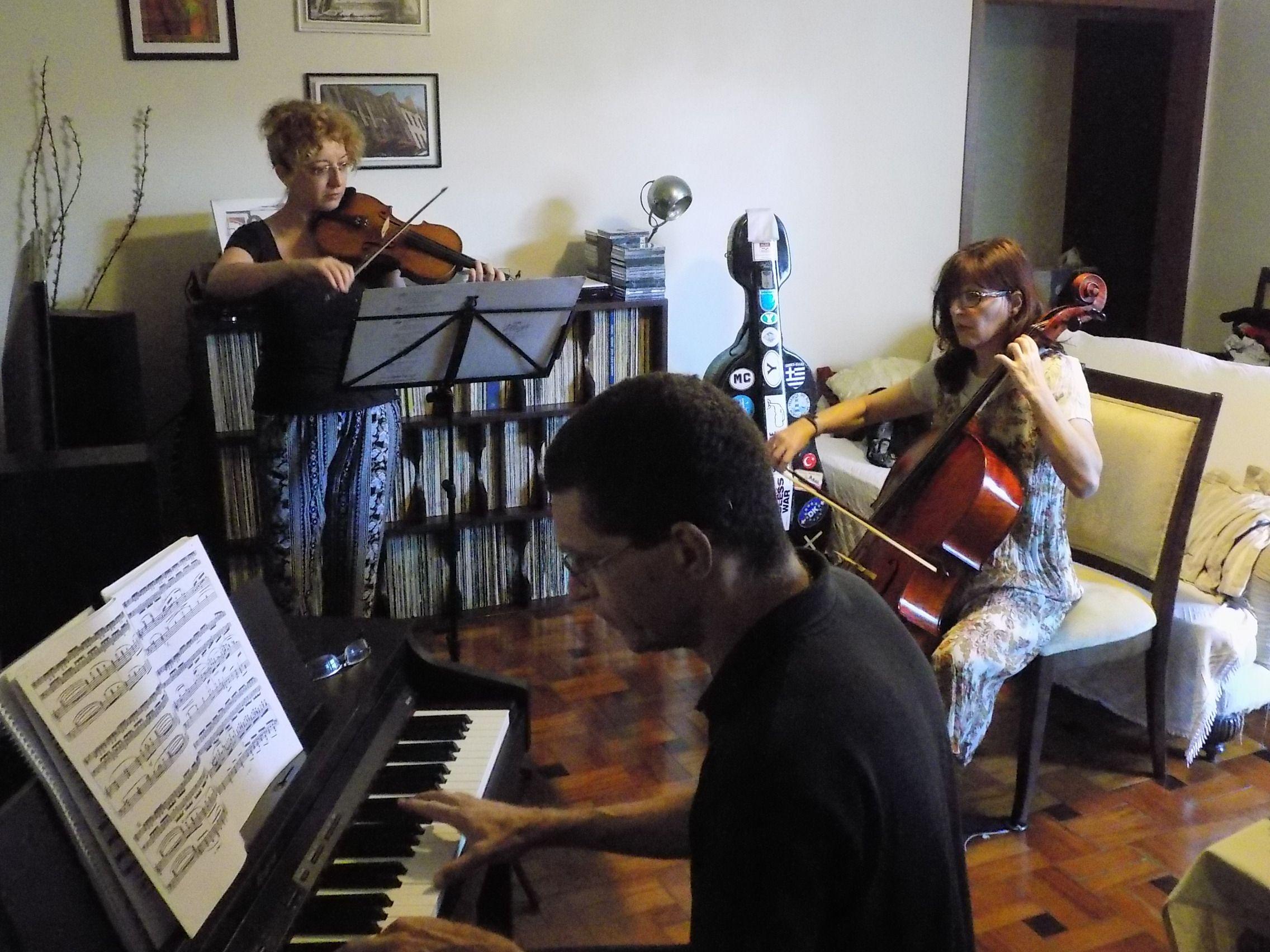 Amanhã, quarta-feira, às 12h30, a estreia do Kandinsky Trio, do qual trazemos amostras