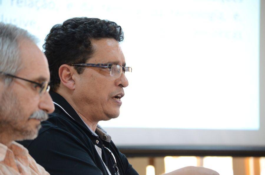 Um idiota com o olhar perdido e o Prof. Jairo Ferreira