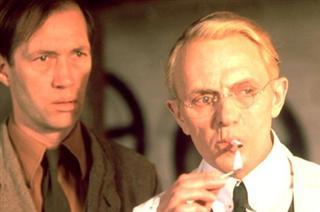 David Carradine e Heinz Bennent em O Ovo da Serpente
