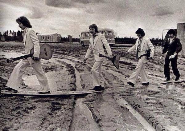 Os Beatles antes de asfaltarem a Abbey Road.