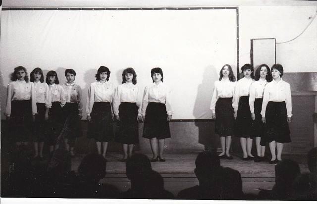 As meninas cantando. Elena é a segunda à direita.