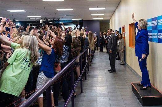 Hillary Clinton saúda eleitores