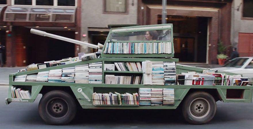Uma arma letal de instrução maciça: artista cria um tanque que oferece livros gratuitos