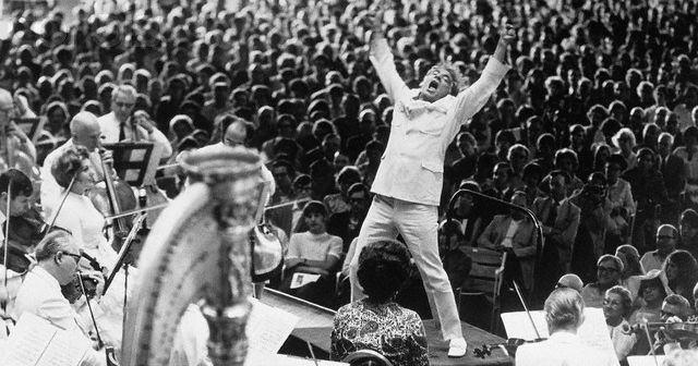 10 gifs sensacionais de Leonard Bernstein regendo