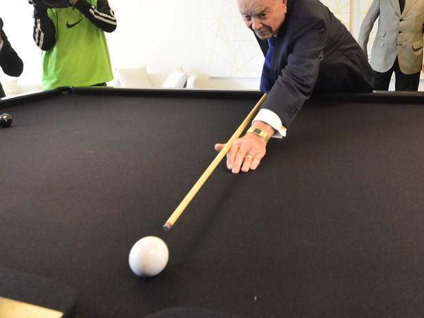 O homem que encaçapa a bola branca