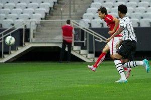 Nilmar finaliza para marcar o único gol do Inter no Jogo, um golaço