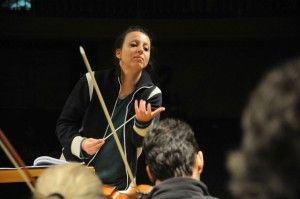 A maestrina Valentina Peleggi durante os ensaios para o concerto de ontem. Clique para ampliar.