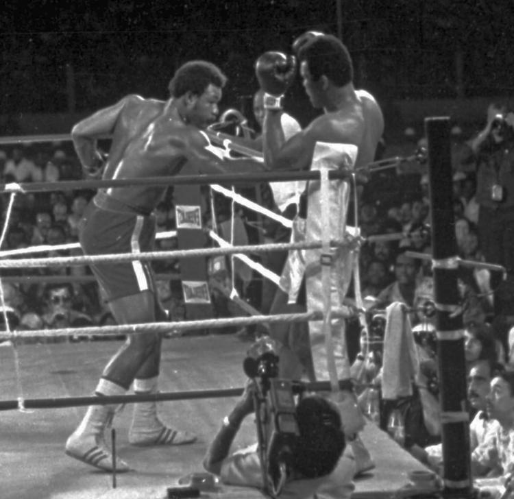 """Ali para Foreman: """"Minha mãe me batia mais forte que você!""""."""