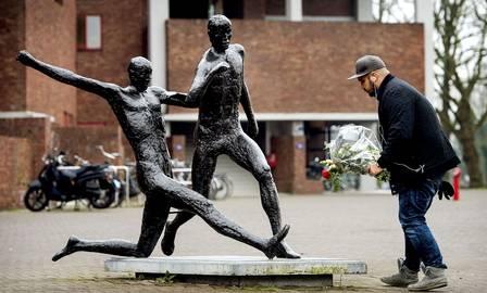 Torcedor coloca flores na estátua de Cruyff em Amsterdam