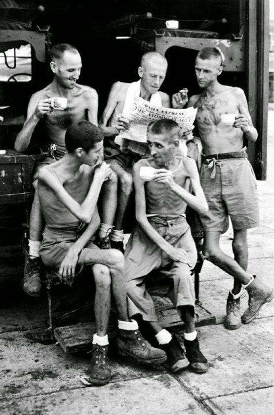 Em 1945, soldados australianos após a libertação do cativeiro japonês em Singapura