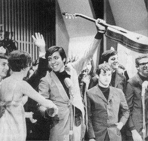 Festival da Record de 1967: Edu Lobo e Marília Medaglia dão-se os parabéns pela vitória. de Ponteio.