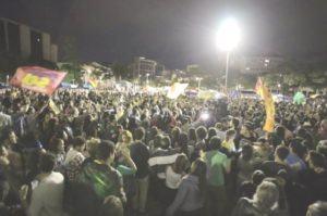 Multidão comemora a ida de Marcelo Freixo, do PSOL, ao segundo turno das eleições para a prefeitura do Rio de Janeiro