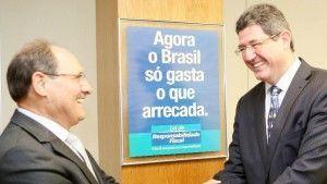 Sartori aumenta o ICMS, Levy e Dilma o CPMF. No meio, estou eu.