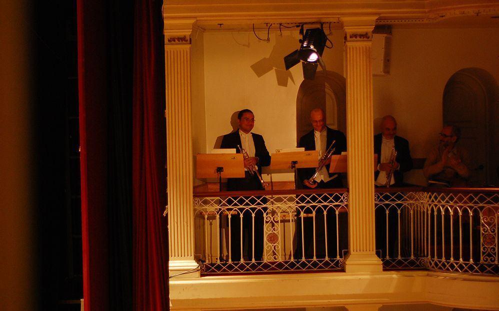 Para vocês verem como falo a verdade: os três trompetistas e eu, à direita