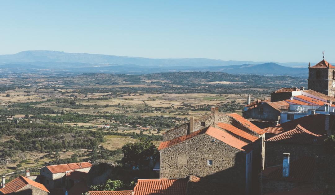 https://www.omeuescritorioelafora.pt/ficar-na-aldeia-historica-monsanto-casa-do-miradouro/