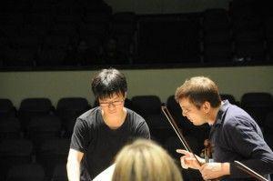 O excelente maestro  Nakata e o voiolinista Adrian Pinzaru durante os ensaios | Foto: Augusto Maurer