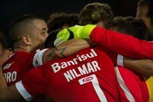 Nilmar fez dois na disputa com... Lisandro López | correndo Foto do grande Alexandre Lops