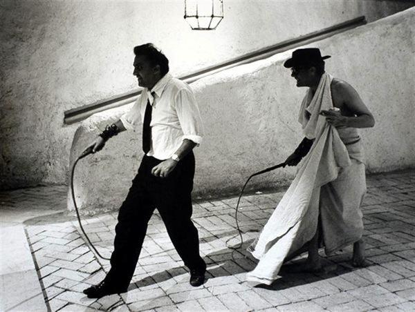 Fellini demonstra a seu alter ego Mastroianni como fazer