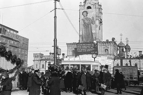 Homenagem a Púchkin em praça de Moscou, em 1937 Foto: Arquivo