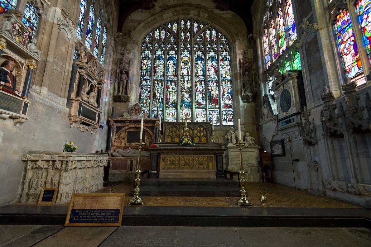 Os investigadores acreditam que a cabeça de William Shakespeare não está em sua sepultura, na Inglaterra. Se assim for, o crânio de Shakespeare seria uma das muitas partes faltantes do corpo de sepulturas famosas.