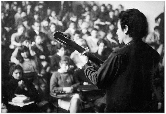Estádio Chile, 1973 traz de volta Victor Jara, um homem armado de música